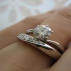 結婚指輪と婚約指輪を重ねづけするシーン5選